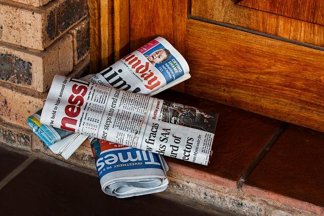 noviny u dveří.jpg