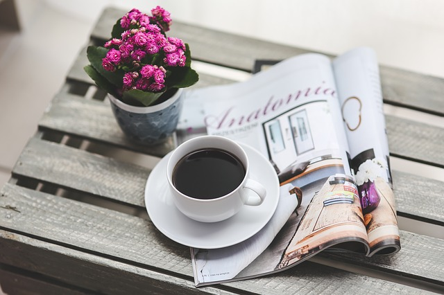 káva a časopis.jpg