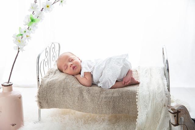 miminko na postýlce
