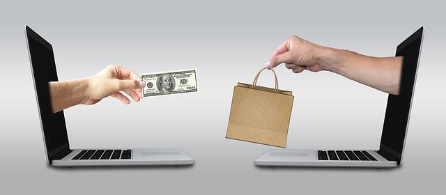 notebooky předávající si peníze