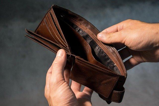 prázdná kožená peněženka