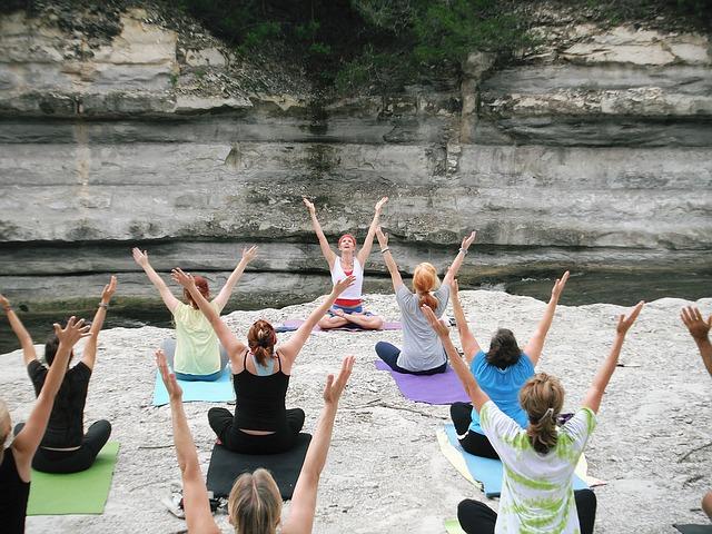 ženy cvičí jógu v přírodě